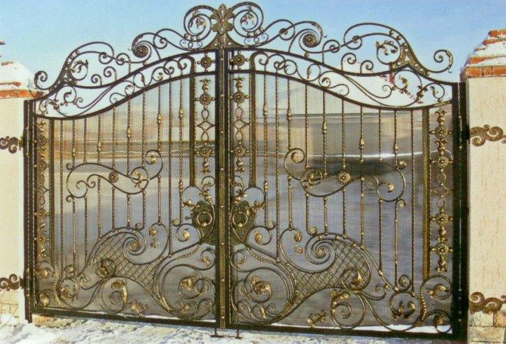Кованые распашные ворота в