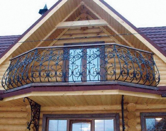 Балкон с коваными перилами в